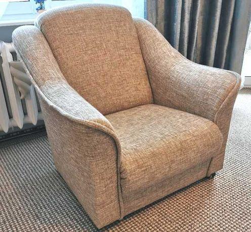 fotel tapicerowany na rolkach