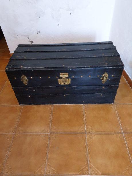 Arca antiga em madeira e metal de cor preta