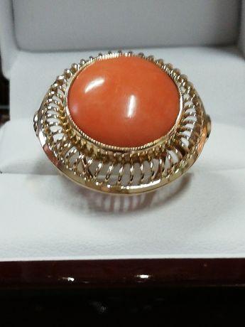 Oto pierscionek z duszą Złoty pierścionek z koralem. Miniona EPOKA