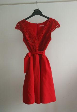 Czerwona sukienka wieczorowa wiązana w talii dekolt v