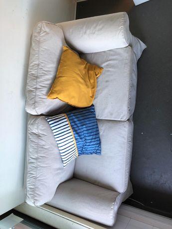 Sofá bege de 2 lugares com almofadas