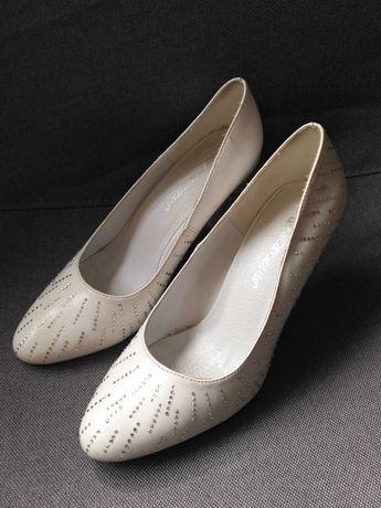 Весільні туфлі в гарному стані
