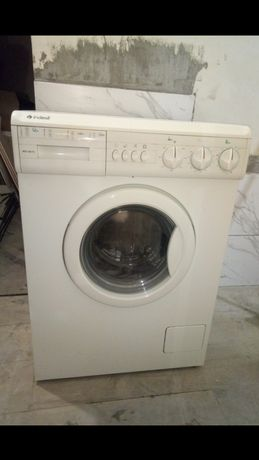 Продам стиральную машину Indesit рабочую. Не узкая.