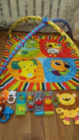 Развиваюший коврик и игрушки