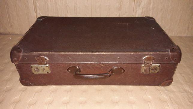 Zabytkowa walizka z minionej epoki gadżet Prl antyk