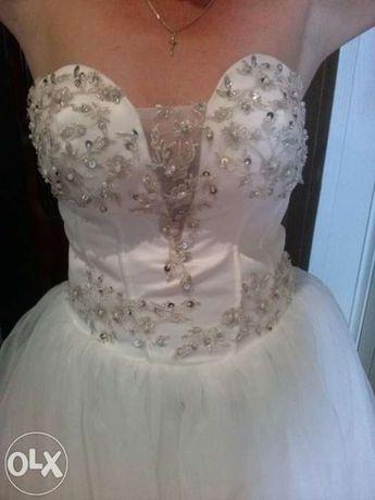 Sprzedam tanio suknie ślubną z welonem 3 m.