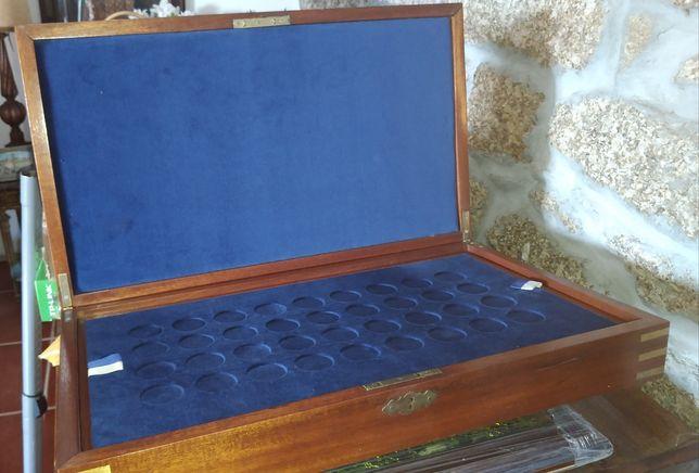 Caixa de madeira para guardar moedas/medalhas