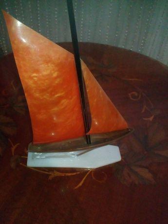 Кораблик на постаменте
