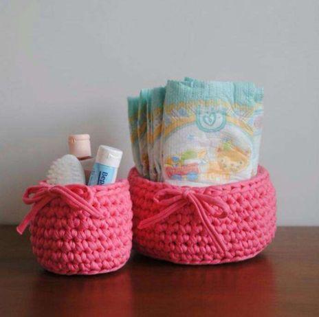 Conjunto de dois cestos porta fraldas feitos à mão em crochê