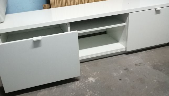 Solik Ikea pod TV