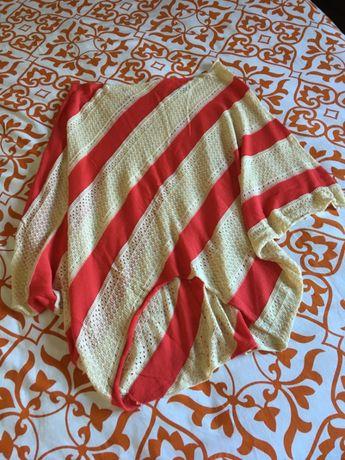T-shirt tipo túnica, com decote à barco, rendada