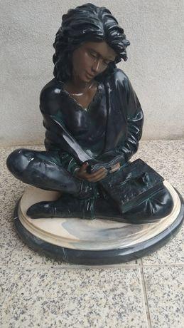 """Estátua """"Mulher Lendo"""""""