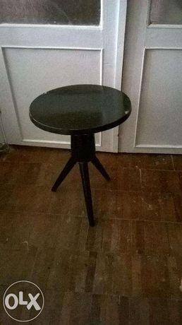 Продам винтовой стул под пианино.