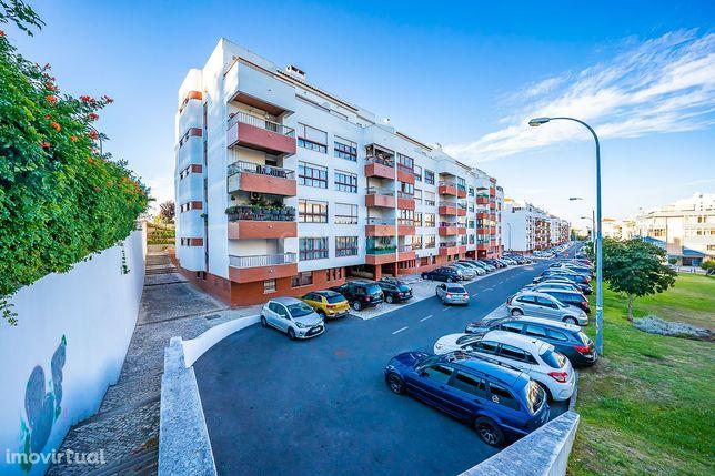 Apartamento T2 com Terraço e Parqueamento em Oeiras.