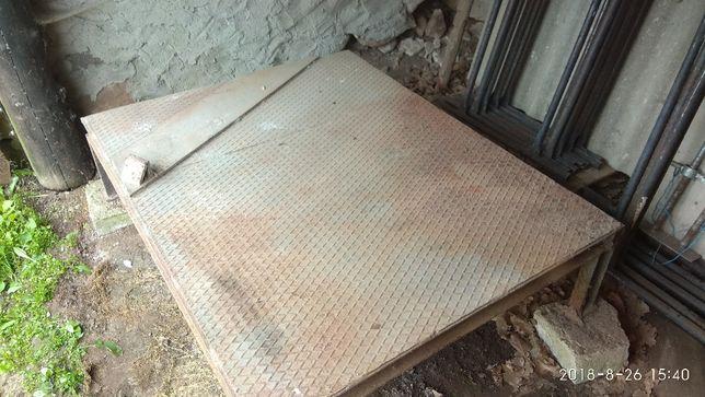 Stół wibracyjny do wyrobów bloczków betonowych.