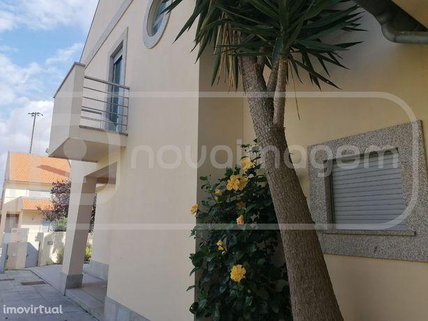 Moradia T4 + sótão em Santa Joana