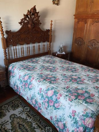 Cama, 2 mesas de cabeceira e cómoda