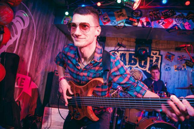 Басист, бас-гитарист