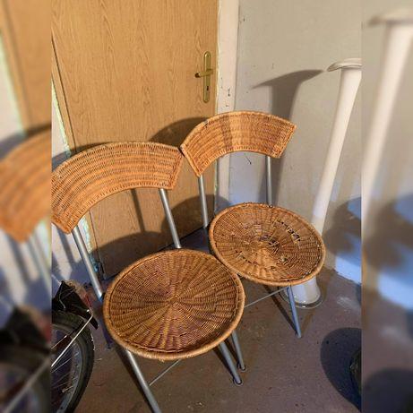 Dwa ratanowe krzesła