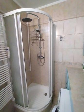 Kabina prysznicowa z brodzikiem i armaturą