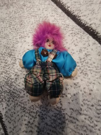 Klaun z różowymi włosami
