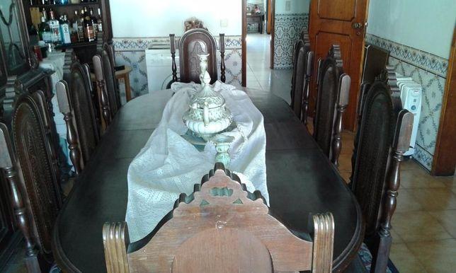 Mesa oval com 8 Cadeiras em pele