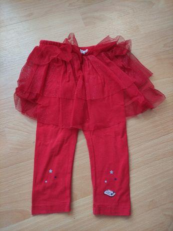Czerwone leginsy z tiulową spódniczką.