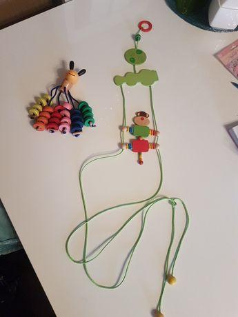 Drewniana grzechotka i małpka chodząca na sznurku