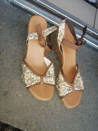 Sandałki damskie na koturnie