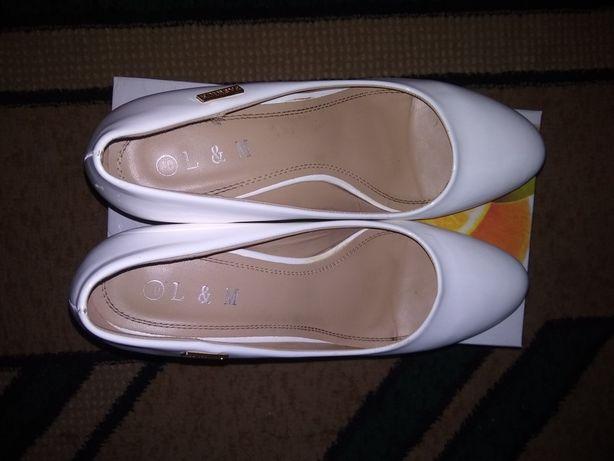 Продам Туфли белые