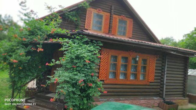 Будинок біля лісу на березі озера