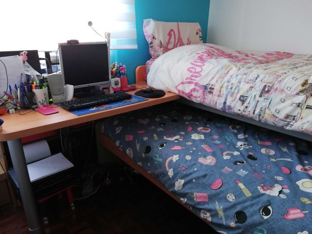 Quarto juvenil com 2 camas, secretária e estante de parede