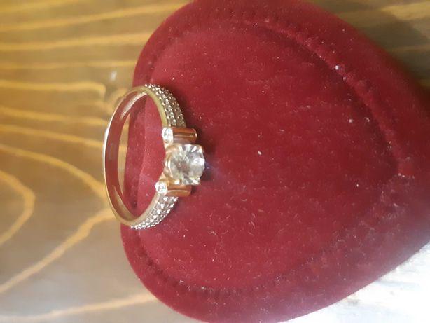 Золотое кольцо, с фианитами. вес 2.3 гр. 585 проба.