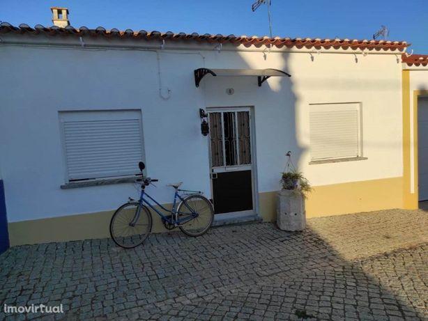 Moradia com logradouro localizada na freguesia de Santa V...