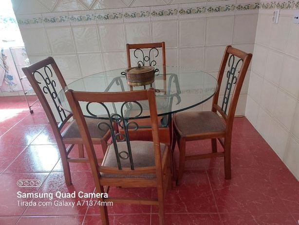 Mesa redonda com tampo em vidro e 4 cadeiras