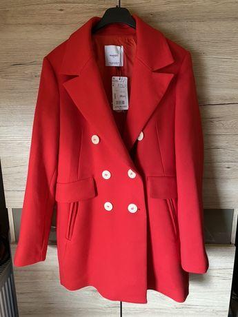 Czerwony płaszcz z Mango