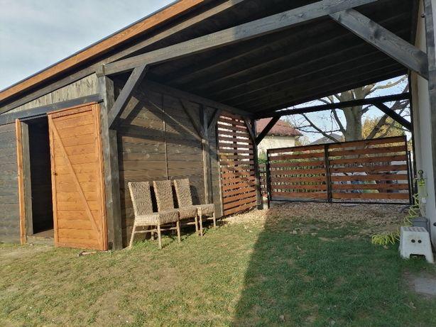 wiata garaż z zielonym dachem