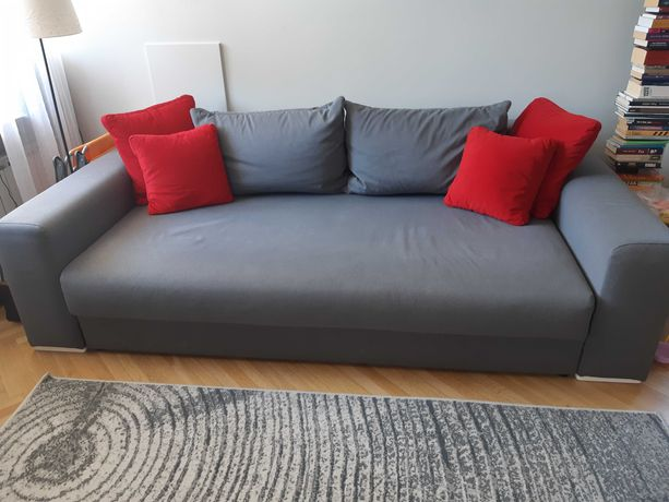 Rozkładana szara kanapa z pojemnikiem na pościel