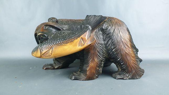 Rzeźba niedźwiedź z rybą