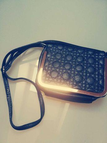 Czarna torebka ze złotymi wstawkami / złote elementy / pikowana / mała