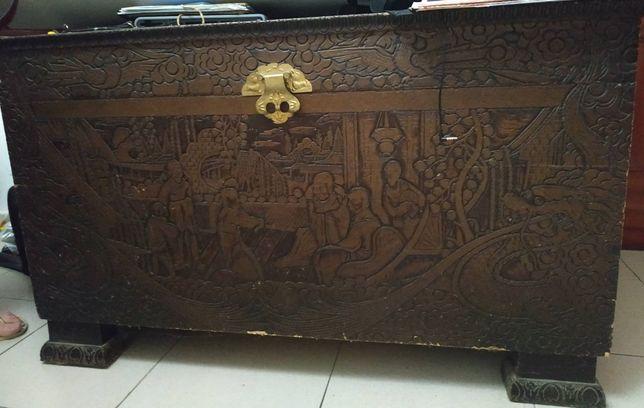 Arca Antiga em Madeira relevo Figuras Orientais
