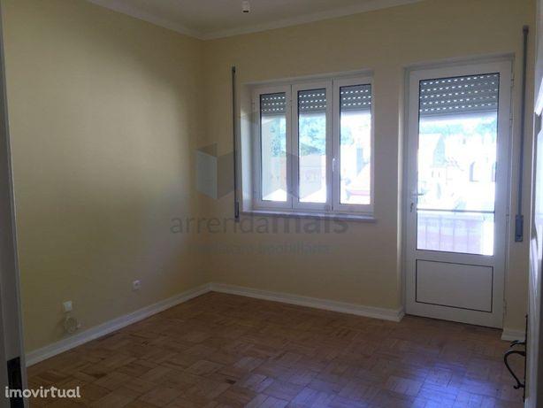 Arrenda-se apartamento T4 +garagem, totalmente renovado e...