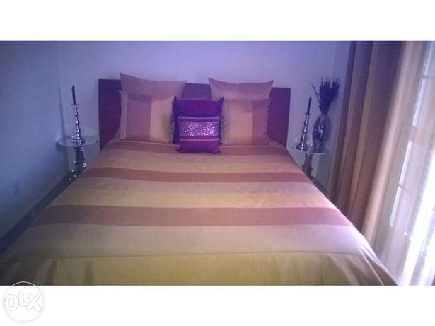 Colcha de cama e almofadas