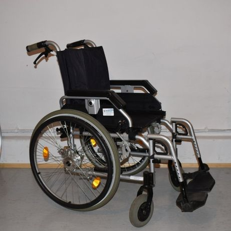Wózek inwalidzki z uchwytami do schodołaza