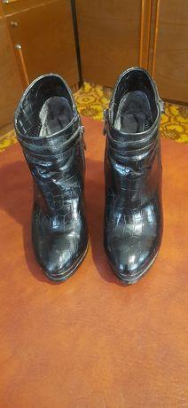 Продам женские кожание ботинки.
