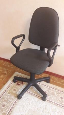 Крісло комп'ютерне сірого кольору