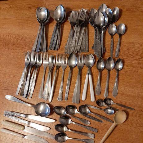 Столовые приборы, сушка для посуды, ложки вилки ножи.