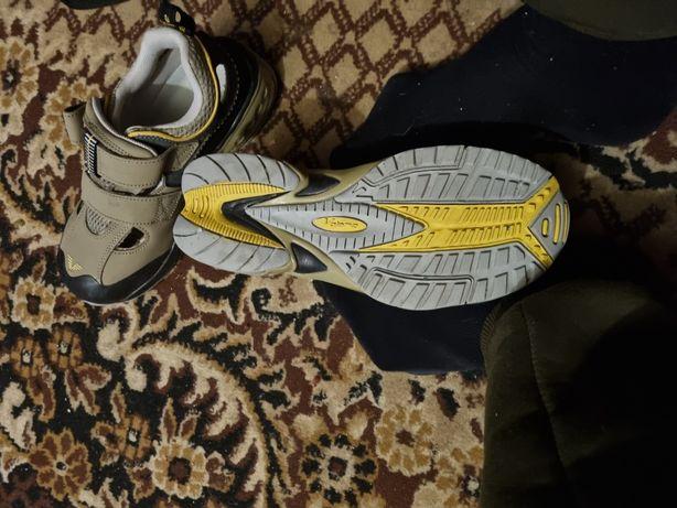Прдам рабочие женские кроссоки с железным носком
