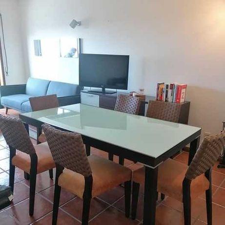 Mesa extensível com 6 cadeiras + aparador