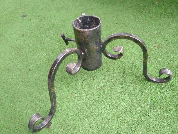 Metalowy stojak kuty na pod choinke